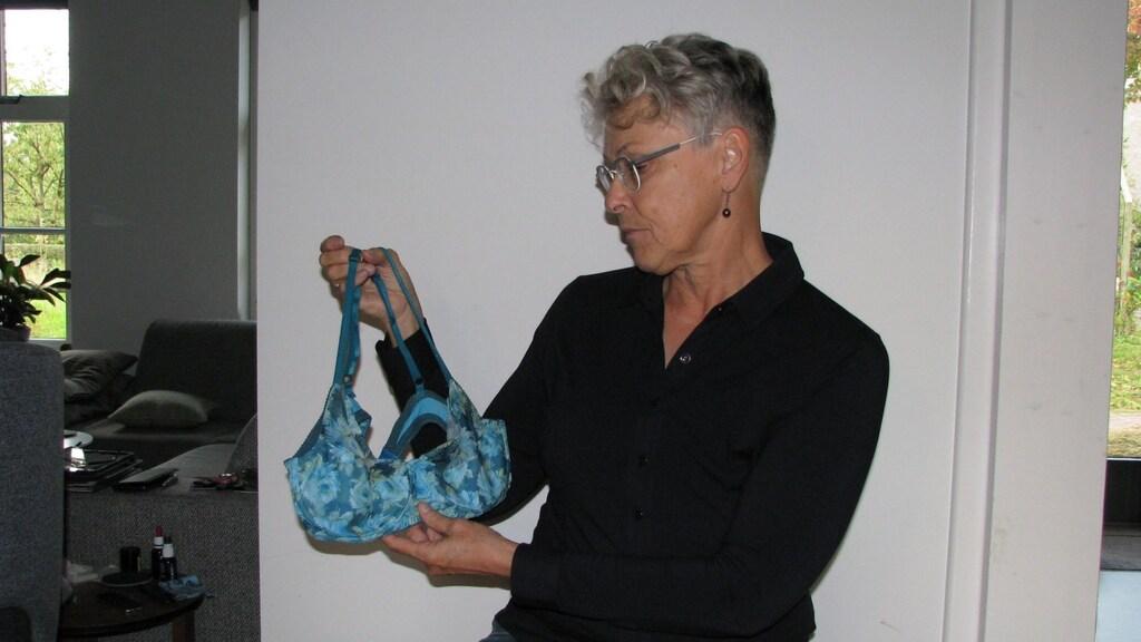 Janny (64) maakt lingerie voor vrouwen met één borst